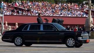 """Лидер КНР Си Цзиньпин в """"Красном знамени"""" на военном параде"""