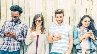 Jóvenes con celulares