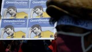 Omnimbus Law digambarkan dalam aksi unjuk rasa dapat bikin sakit kepala