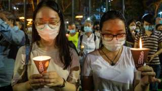 香港維多利亞公園兩名手持燭光的女示威者為北京「六四」事件死難者默哀(4/6/2020)