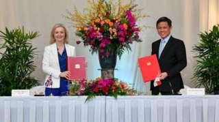 Bộ trưởng thương mại Anh, bà Lizz Truss và người tương nhiệm Singapore Chan Chun Sing tại lễ ký FTA ở Singapore hôm 10/12