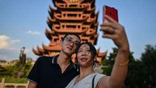 Una pareja tomándose un selfie.