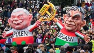 Куклы Виктора Орбана и Ярослава Качиньского на митинге в Дюссельдорфе