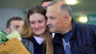 Марија Бутина са оцем на аеродрому у Москви