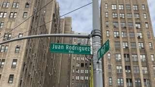 Un tramo de la avenida Broadway entre las calles 159 y 218 nombrado en homenaje a Juan Rodríguez en 2012.