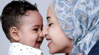 โอลา อาบู ฮาซาบัลเลาะห์ นักจิตวิทยาเด็กชาวปาเลสไตน์ กับลูกชายของเธอ