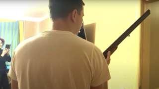 Андрей Зельцер с ружьем - кадры видеозаписи