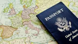 Американский паспорт на фоне карты Европы