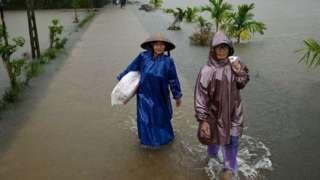 Tranh cãi việc Thủy Tiên dừng hỗ trợ ở Hải Lăng Quảng Trị