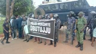 Kwasasa waandishi wa habari wanashikiliwa katika kituo cha polisi cha kati katika mji mkuu Kampala