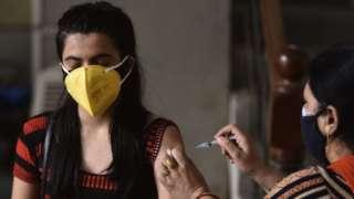 Hindistan'da aşılanan bir kadın