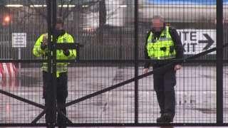 """Таможенные проверки в портах Северной Ирландии приостановлены. Из-за предполагаемой опасности для таможенников фотоагентство даже """"замазало"""" их лица, что очень нетипично для британской прессы"""