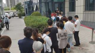 兰州当地居民在医院门口排队等候复核是否感染布病