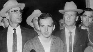 Lee Harvey Oswald em 22 de novembro de 1963, durante uma coletiva de imprensa após sua prisão em Dallas