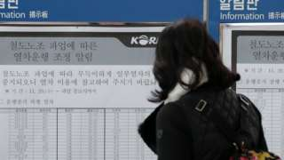 서울 용산구 서울역 매표소 앞 안내판에 붙은 운행중지 열차를 승객이 확인하고 있다