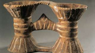 Vas ganda yang ditemukan dari peradaban Cucuteni-Trypillia dicat dan diukir.