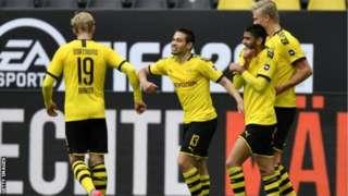 Borussia Dortmund အသင်းက ပြိုင်ဘက် Schalke အသင်းကို ဂိုးသွင်းပြီးတဲ့အချိန် အောင်ပွဲခံရာမှာတော့ အသင်းသားတွေ တံတောင်ချင်းပဲ တိုက်ကြ