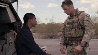 Una escena de la docuserie en la que un migrante que estaba perdido en el desierto de Arizona es rescatado por un agente de la Patrulla Fronteriza.