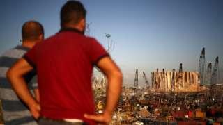 貝魯特居民遠眺被炸成廢墟的港口(7/8/2020)