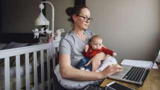 Mulher com criança diante do computador