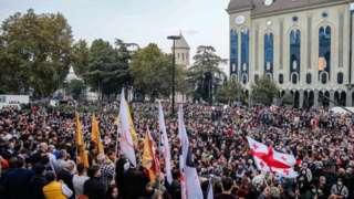 Тбилисидеги парламент имаратынын алдындагы демонстранттар