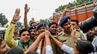 Abantu bariko barakeza abapolisi nyuma y'iraswa ry'abagirizwa gufata kunguvu no kwica umugore i Hyderabad