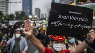 """Sejumlah peserta unjuk rasa bertajuk """"Gowes for Democracy #SaveMyanmar"""" bersepeda di kawasan Bundaran HI, Jakarta, Sabtu (17/4/2021). Unjuk rasa tersebut sebagai bentuk kecaman atas kudeta ilegal dan menuntut agar militer Myanmar (Tatmadaw) segera mengakhiri kekerasan serta mengembalikan demokrasi sesuai dengan keinginan rakyat Myanmar. ANTARA FOTO/Aprillio Akbar/wsj."""