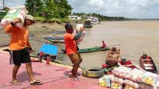 Entrega de alimentos no arquipélago do Bailique