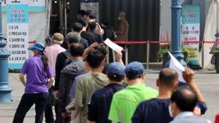 시민들이 코로나19 검사를 받기 위해 대기하고 있다