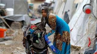 叙利亚难民在土耳其和叙利亚边境的难民营