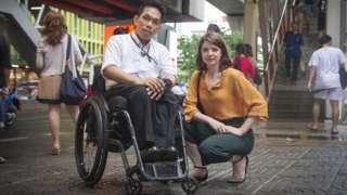 """ลอเรน เอเวอร์รี """"ฟ้า"""" (ขวา) ชาวอังกฤษ และ มานิตย์ อินทร์พิมพ์ นักเคลื่อนไหวเพื่อสิทธิคนพิการ"""