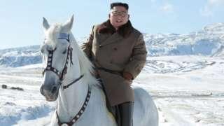 คิม จอง-อึน ผู้นำเกาหลีเหนือ ขี่ม้าสีขาวท่ามกลางหิมะที่ตกครั้งแรกประจำฤดูที่ภูเขาแพ็กตู