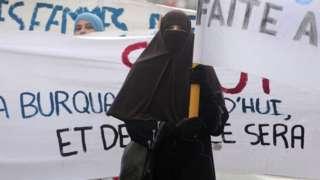 протест против запрета на ношение хиджаба в общественных местах