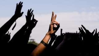 mãos de pessoas reunidas levantadas para o alto