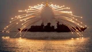 Вертолет над HMS Richmond британского Королевского флота