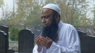 Dr Muhammad Taufi prays at the graves