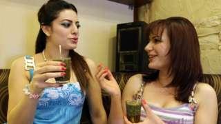 Mujeres bebiendo mate en Siria