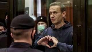 Navalny akimuonesha ishara mkewe mahakamani.