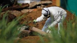 El Salvador: Bodies found in ex-policeman's garden