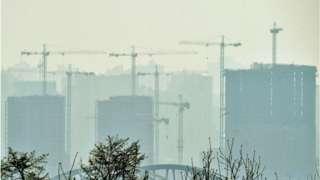 """""""Задумайтесь о противогазах"""": из-за пожаров и бури Киев окутал сильный смог"""