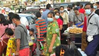 နိုဝင်ဘာလ ၃၀ ရက် တန်ဆောင်မုန်းလပြည့်ကျော်တစ်ရက်နေ့ ရန်ကုန်မြို့လယ်က မဟာဗန္ဓုလပန်းခြံကို လာရောက် လည်ပတ်သူများ