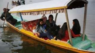 पिछले साल अक्तूबर में ईयू सांसदों के दल को डल झील की सैर करवाई गई थी
