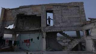 Afrin'deki çatışmalardan etkilenen çok sayıda kişi Tel Rıfat'a göç etmişti. Tel Rıfat'ın Ahras köyündeki bu ev, Suriye'nin pek çok bölgesinde olduğu gibi yıllar süren savaştan etkilenmiş durumda