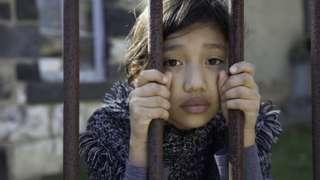设计图片:在监狱中的女孩