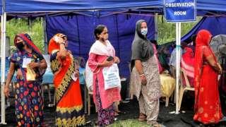 Hindistan'da Covid aşısı olmak için sırada bekleyenler
