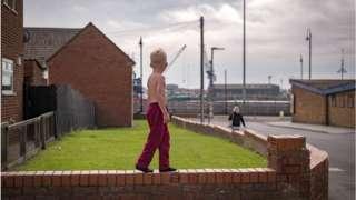 duvarda yürüyen çocuk