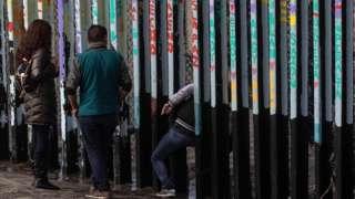 избеглица пролази кроз зид