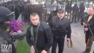 Lukaşenko otomatik silahla görüntü verdi