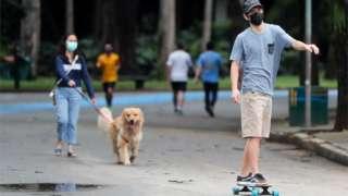 Pessoas passeando no Parque Ibirapuera, em São Paulo