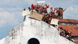 ကိုလံဘိုမြို့က ထောင်ခေါင်မိုးပေါ်တက်ပီး အကျဥ်းသားတွေ ဆန္ဒပြ